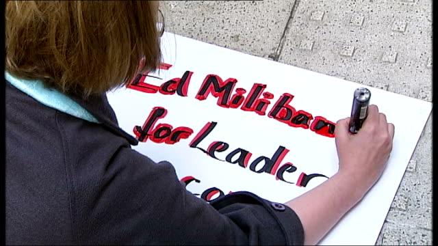 vídeos y material grabado en eventos de stock de london ext woman writing 'ed miliband for leader' on placard close up hand writing on placard - placard