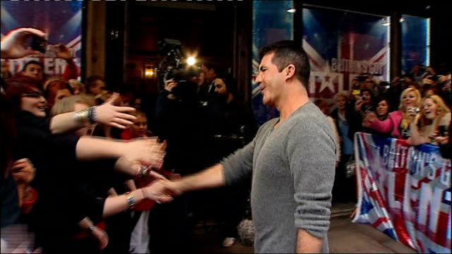 vídeos de stock e filmes b-roll de london: ext/night simon cowell shaking hands with fans outside tv awards - hispaniola