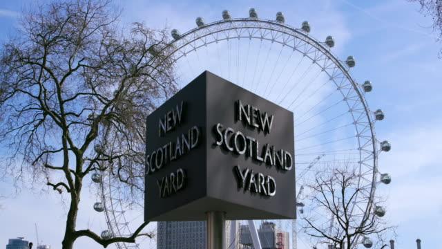 vídeos y material grabado en eventos de stock de london eye and new scotland yard revolving sign curtis green building - met