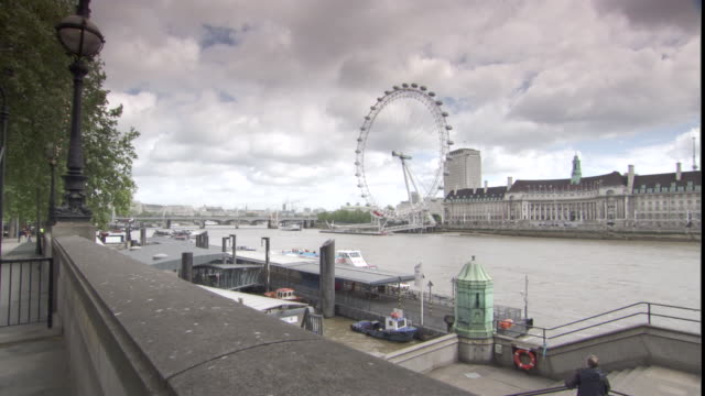 ws london eye ferris wheel at thames river / london, london, uk - real time stock videos & royalty-free footage