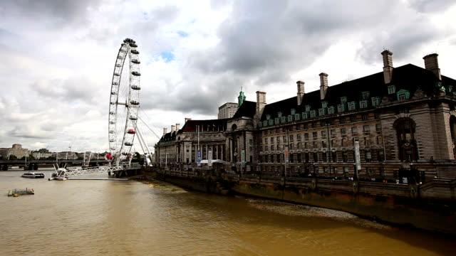 schwenken london eye, die houses of parliament - london eye stock-videos und b-roll-filmmaterial