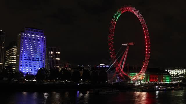 london eye projecting remembrance day illuminations, on 11th november, 2020 in london, england. - ランベス点の映像素材/bロール