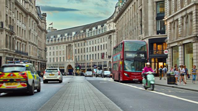 vidéos et rushes de fashion street de londres. centre commercial. bus rouge. - double decker bus
