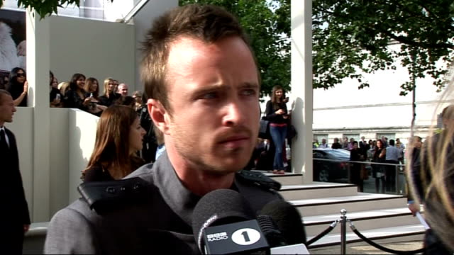 vídeos de stock, filmes e b-roll de burberry show aaron paul speaking to press sot here for the burberry show / talks about his hit tv show breaking bad donna air speaking to press sot... - 2010