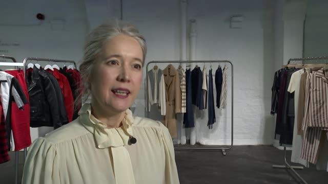 vídeos de stock, filmes e b-roll de london fashion week men's interviews and gvs england london int justine simons interview re men's fashion week sot - semana da moda de londres