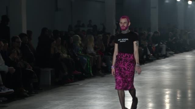 vídeos y material grabado en eventos de stock de london fashion week menswear events open amidst brexit uncertainty; uk, london; art school aw19 runway featuring alessandro raimondo, row seward,... - falda
