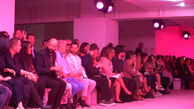 vidéos et rushes de london fashion week ss20 / extinction rebellion activists stage 'die in' protest england london int audience sitting and waiting for mark fast... - rébellion