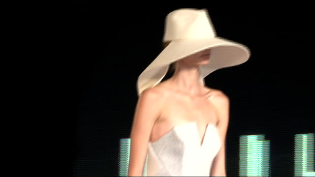 stockvideo's en b-roll-footage met woolmark prize grand final england london photography*** donatella versace diane von furstenberg and victoria beckham introduced and make an entrance... - versace modelabel