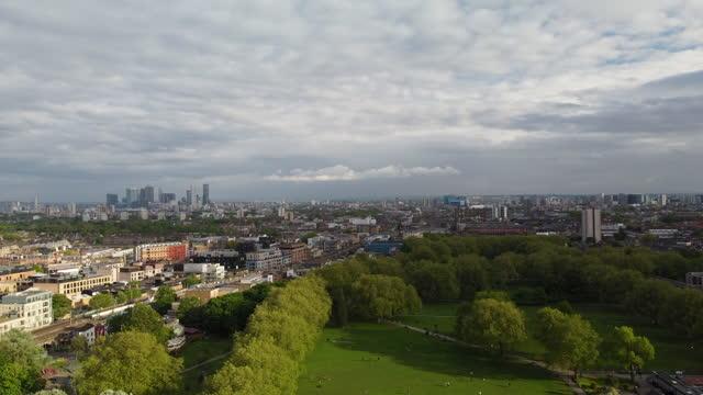 stockvideo's en b-roll-footage met london fields, hackney in oost-londen vanuit een hooghoekperspectief met het enige verwarmde buitenlido in de hoofdstad - hackney