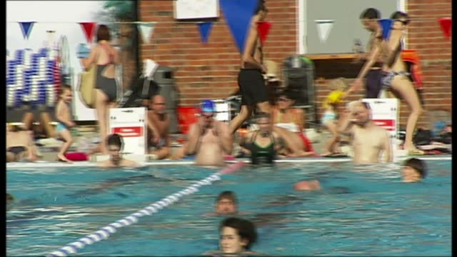 London Fields Lido reopens after major refurbishment T29091122 / TX 2992011 Bathers in swimming pool on sunny day PAN