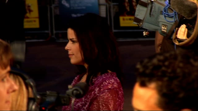 vídeos de stock e filmes b-roll de 'men who stare at goats' premiere arrivals back view of george clooney signing autographs / side view of grant heslov speaking to press / side view... - neve campbell
