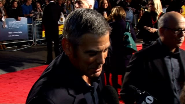 vídeos de stock e filmes b-roll de 'men who stare at goats' premiere arrivals george clooney interview on red carpet sot on injecting comedy in the role / what the film is about /... - neve campbell