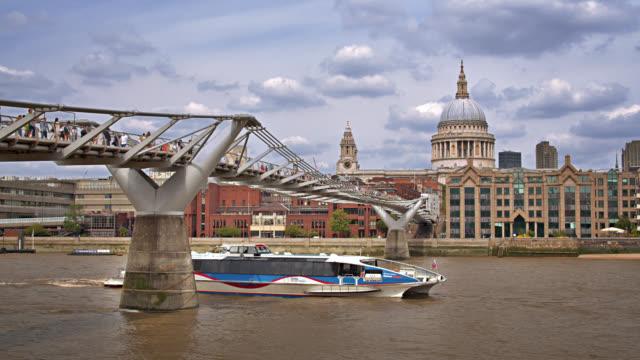 vídeos y material grabado en eventos de stock de london footbridge. walking bridge. touristic ferry ride. river. museum. - ferry
