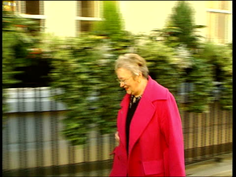 london: general medical council: ext caroline richmond towards past into building as arriving at general medical council for misconduct hearing ian... - 真鋳点の映像素材/bロール