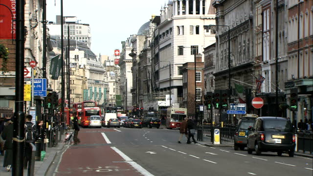 vídeos y material grabado en eventos de stock de general views of piccadilly/ traffic along/ old bond street; england: london: ext general views of people and traffic along piccadilly / shoppers... - vista general