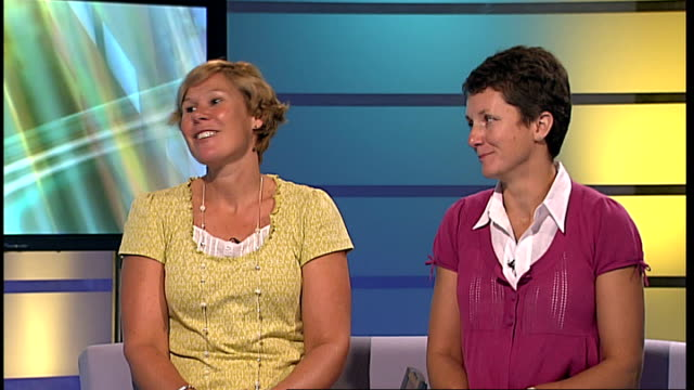 vidéos et rushes de london gir int vanessa major and helen wolstencroft live studio interview sot on the experience of swimming the channel relay training - par équipe