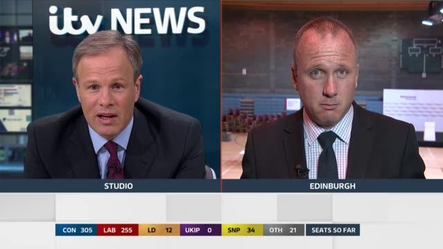 vídeos de stock e filmes b-roll de special 0500 0600 london gir studio tom bradby/ studio graphics screen showing scotland results/ martin geissler 2 way interview from edinburgh/ - tom bradby