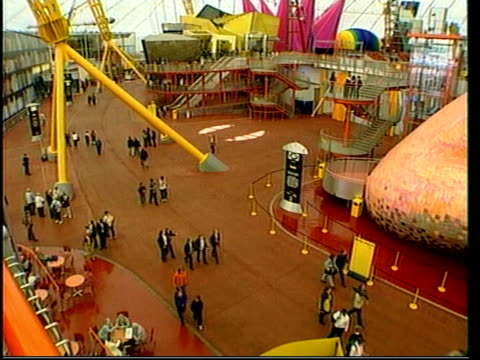 stockvideo's en b-roll-footage met london greenwich millennium dome tgv people milling around body zone pan - the o2 londen