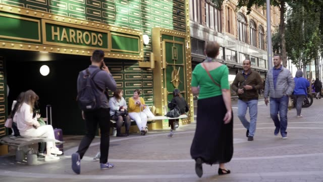 london harrods department store entrance in hans cres - kensington und chelsea stock-videos und b-roll-filmmaterial