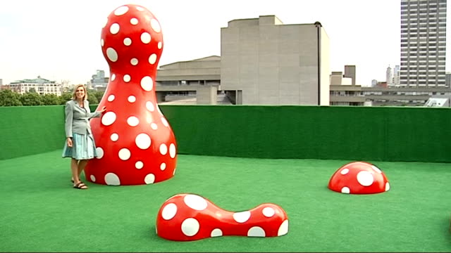 london hayward gallery int itn reporter towards past spot balloon art installation by japanese artist yayoi kusama reporter to camera general view of... - installationskunst stock-videos und b-roll-filmmaterial