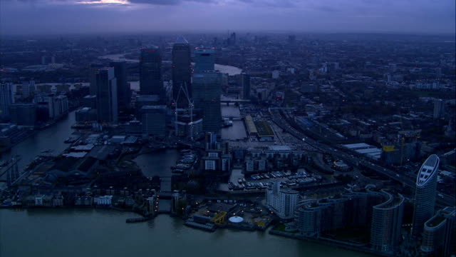 stockvideo's en b-roll-footage met dusk and night continuous shot following course of river thames heading west passing over millennium dome and canary wharf skyscrapers including... - the o2 londen
