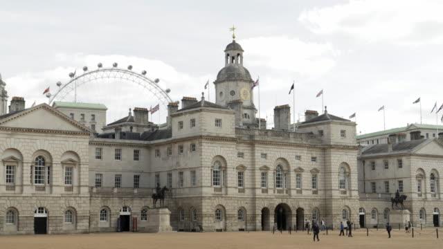 ロンドンの馬の警備員の建物と練兵場 - ロンドン ホワイトホール点の映像素材/bロール