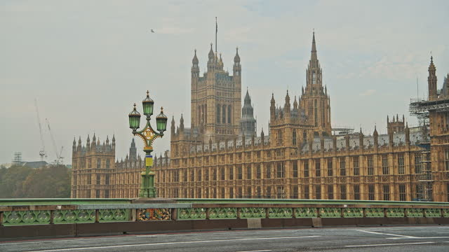 london in coronavirus covid-19 lockdown with empty roads and streets with no cars or traffic and no people at westminster bridge with houses of parliament in england, uk at rush hour - internationell sevärdhet bildbanksvideor och videomaterial från bakom kulisserna
