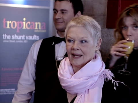 vidéos et rushes de london christian slater kim cattrall and nathan lane posing for pix at evening standard theatre awards ms judi dench holding glass of champagne ms... - judi dench