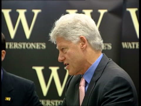 london: int cms side clinton at book signing to publicise his autobiography pull out - biografia video stock e b–roll