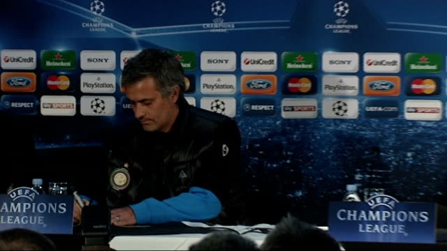 london photography * * jose mourinho along to press conference jose mourinho press conference sot they move on / i move on / i keep winning important... - ジョゼ・モウリーニョ点の映像素材/bロール