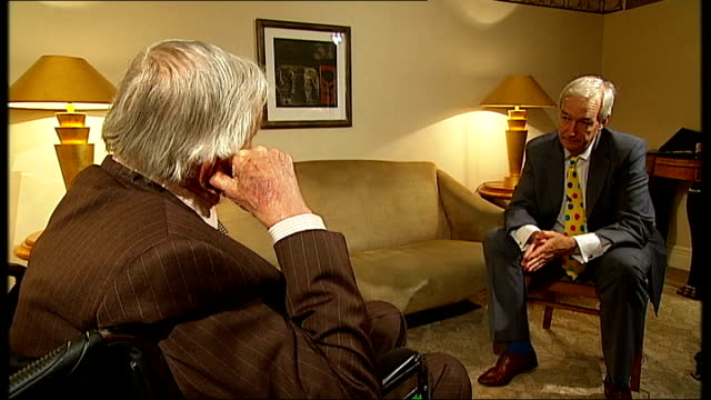vídeos de stock e filmes b-roll de gore vidal interview sot - he has never done anything in the senate / nixon said about the senior bush that he is a lightweight / nothing real there... - lightweight