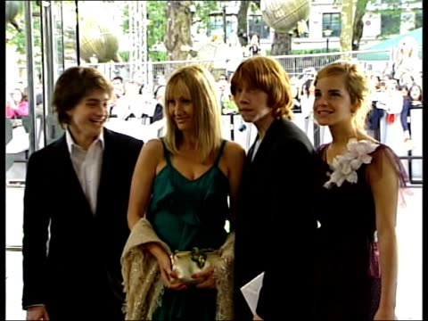 london 'harry potter and the prisoner of azkaban' stars daniel radcliffe emma watson rupert grint posing for press radcliffe watson grint posing with... - harry potter stock videos & royalty-free footage