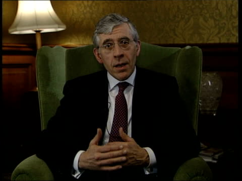 vídeos de stock, filmes e b-roll de london int jack straw mp interview sot britain ready and willing to play a leading role in the peacekeeping force but need to work out the details /... - territórios ultramarinos franceses