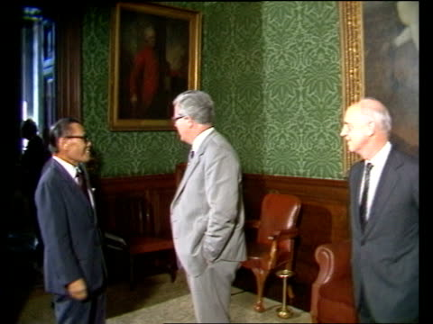 london: int lms members of hong kong council into a foreign office meeting room with sir geoffrey howe, foreign secretary members of council and sir... - ピーター・シソンズ点の映像素材/bロール