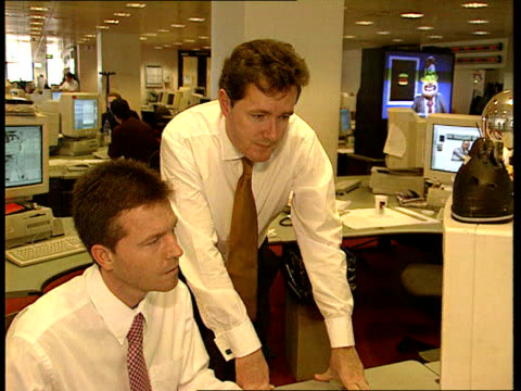 London INT Mirror Editor Piers Morgan talking to journalist at computer in newsroom Morgan Morgan looking at front page displayed on computer CF =...