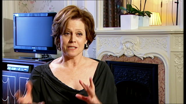 stockvideo's en b-roll-footage met sigourney weaver interview sot - i am afraid that it is happening / i hope people are excited about that / don't know whether i will be in it / i... - sigourney weaver