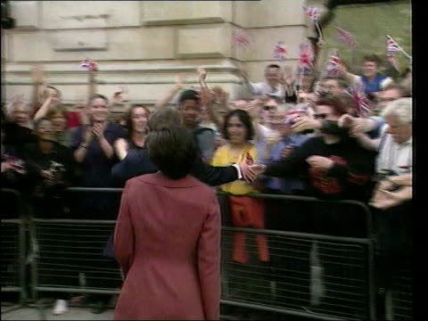 may in 1997 labour won the general election with a landslide victory london islington/downing street newly elected prime minister tony blair mp and... - allgemeine wahlen stock-videos und b-roll-filmmaterial