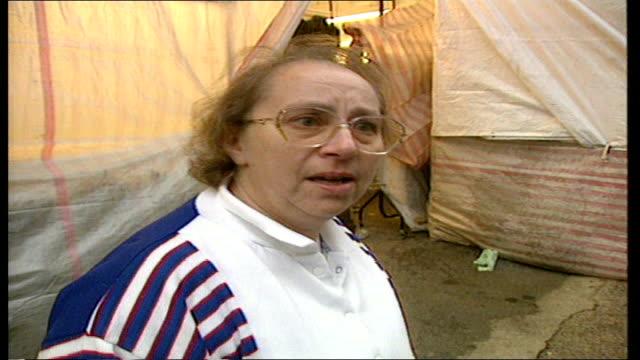 london: jane atkinson intvwd - it's unbelievable / i feel sad for her family market traders intvwd - express sadness & shock kensington palace:... - ダーモット・マーナハン点の映像素材/bロール