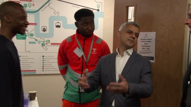 vídeos y material grabado en eventos de stock de sadiq khan speech re inequality and injustice 952018 england london bermondsey thames tideway project int sadiq khan greeting workers as arriving at... - injusticia