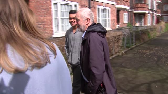 stockvideo's en b-roll-footage met jeremy corbyn diane abbott and kier starmer visit peckwater estate england london kentish town peckwater estate ext jeremy corbyn mp georgia gould... - kentish town