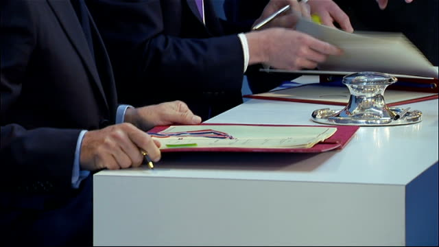 stockvideo's en b-roll-footage met lancaster house nicolas sarkozy and david cameron signing treaty on joint military cooperation itn reporter bill neely asking david caeron at press... - geallieerde mogendheden