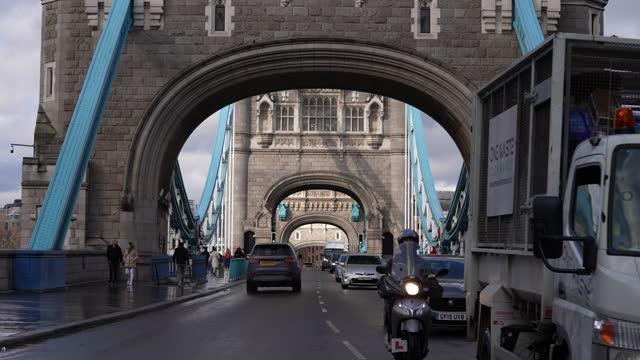 london landmark tower bridge on march 25, 2021 in london, england. - tower bridge stock videos & royalty-free footage