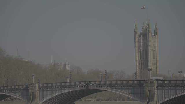 london landmarks empty during coronavirus lockdown wide shot of houses of parliament and lambeth bridge in the foreground - lambeth stock videos & royalty-free footage