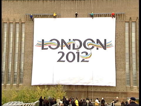 stockvideo's en b-roll-footage met london launches 2012 olympic bid itn london banner with logo 'london 2012' unfurling down front of tate modern as london launches bid for 2012... - bod