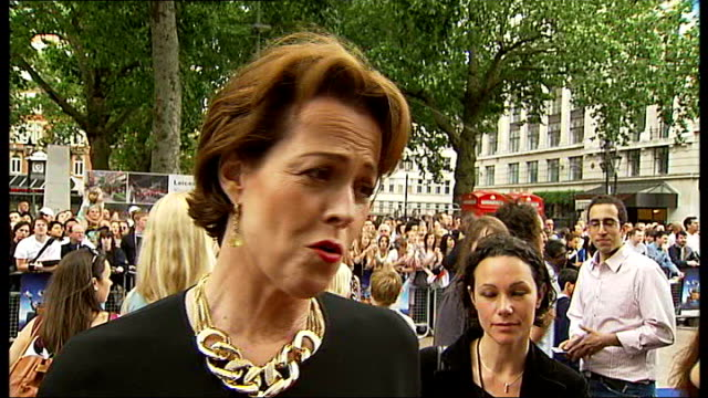 stockvideo's en b-roll-footage met leicester square: ext 2 shot sigourney weaver interview sot - think its a masterpeice - wonderful, original story / love letter to all earthlings -... - sigourney weaver