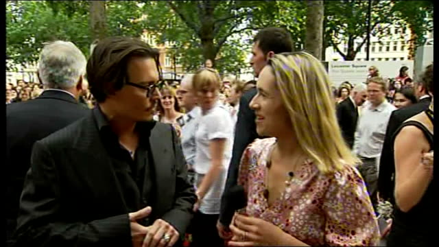 london leicester square ext johnny depp interview sot john dillinger is fascinating because he was the common man who decided to take up arms against... - john dillinger stock-videos und b-roll-filmmaterial