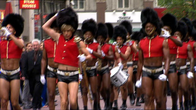 vídeos de stock, filmes e b-roll de london leicester square ext sacha baron cohen leading troop of camp coldstream guards dressed in leather shorts at the premiere of film 'bruno' sacha... - sacha baron cohen