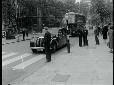 london liberace arrives at law courts in london where he is suing cassandra of daily mirror. neg / 16mm / itn page / 24 secs / tx x 8.6.59 / 5.55 pm - 1950 1959 stock videos & royalty-free footage