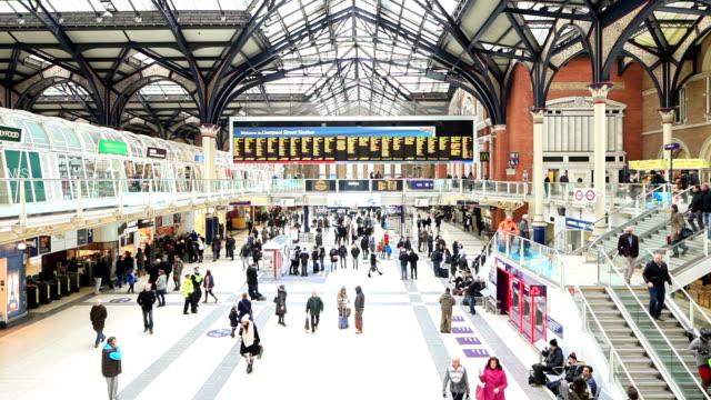 london liverpool street railway station. - 情報伝達サイン点の映像素材/bロール