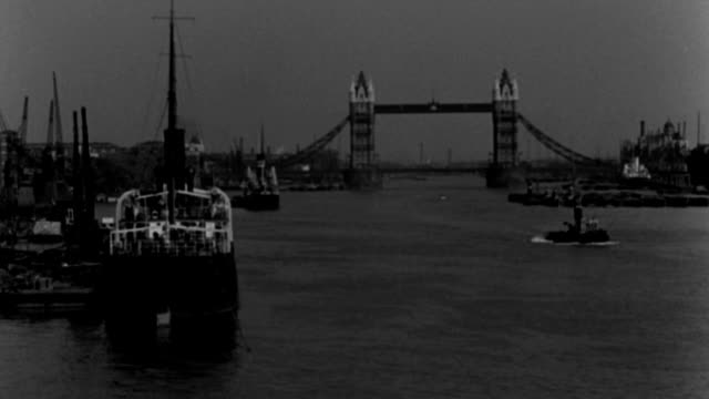 dx - london - looking up the thames river - tower bridge b.g. - river traffic and boats - b&w. - 1 minute or greater stock videos & royalty-free footage